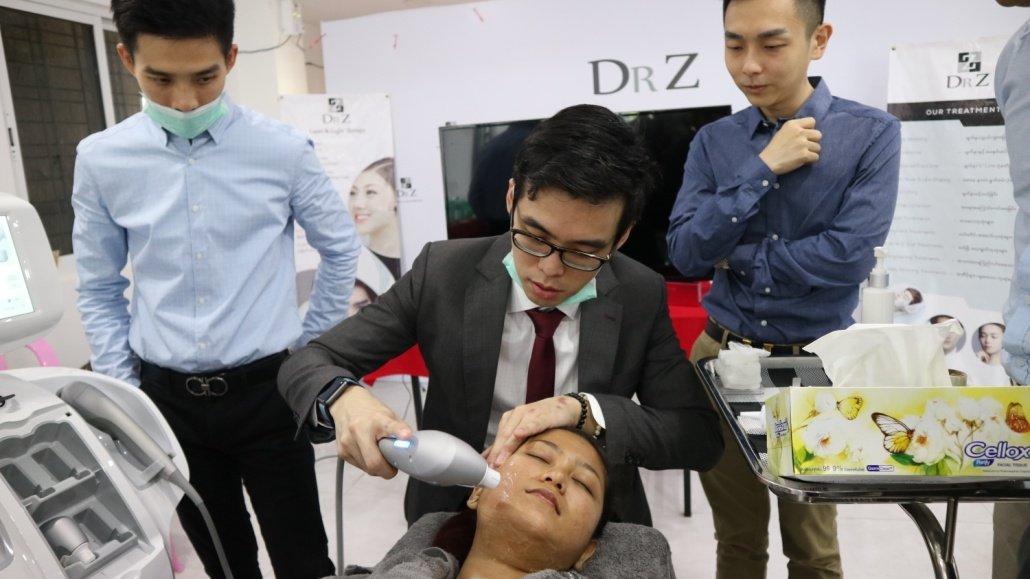 dr Chua Cheng Yu demonstrating Ultraformer 3 techniques