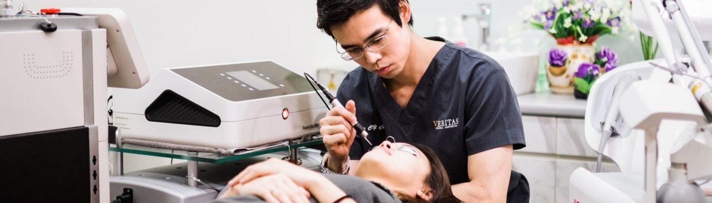 dr chua cheng yu treating patient